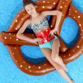 Le matelas gonflable pour piscine bretzel
